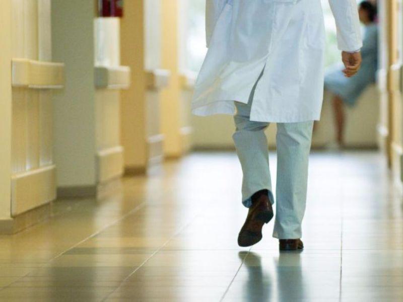 Numero chiuso: medici in fuga all'estero per imbuto formativo e irregolarità nei test. Persi 10mila camici bianchi in 10 anni